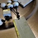 Beton nyaklánc       - Aranyoskám négy kísérőjével, Ékszer, óra, Nyaklánc, Ékszerkészítés, Kőfaragás, Hangsúlyos és elegáns!  Sötétbarna bőr szálon a központi szerepet az arany füstfóliával díszített m..., Meska