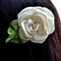 Gyöngyszem - Fehér szatén rózsa - hajcsat, Hajbavaló, Kis zöld tüll levélkén ül a tört-fehér, lágy fényű szatén rózsa. Könnyeden romantikus, ..., Meska