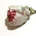 Varázskert - rózsa (2.) -  textilékszer - bross, Ékszer, Bross, kitűző, Ez egy olyan bross, ami a viselésének minden pillanatában boldogsággal tölt el. A különleges zöldes ..., Meska