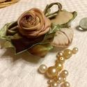 Romantikus emlék - különleges textilékszer - rózsabross, Ékszer, Bross, kitűző, A szatén rózsaleveleket, szirmokat és a hímzett makaront növényi színezékkel festettem, saját kísérl..., Meska