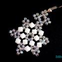 Hópehely fülbevaló II., Ékszer, Fülbevaló, A hópehely fülbevalót most fehér 4 mm-es kúpos üveggyöngyből, valamint irrizálós crystal színű japán..., Meska