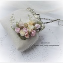 Vintage esküvő. Menyasszonyi táska pasztell rózsákkal, szalaghímzéssel., Esküvő, Táska, Menyasszonyi ruha, Neszesszer, Hímzés, Varrás, 12 cm-es különleges, indás-virágos fémkeretre készült ez a  menyasszonyi kistáska. Magassága 14cm K..., Meska
