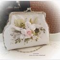 Menyasszonyi táska, ezüst keretes. Fehér és rózsaszín rózsacsokor. , Ékszer, óra, Esküvő, Táska, Menyasszonyi ruha, 12 cm-es ezüst színű keretre készült ez a táska, magassága 12 cm, talpa 14x4 cm, a táskalánc 40 cm-e..., Meska