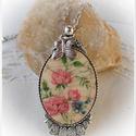 Vintage rózsás antik ezüst medál lepke  fityegővel.Shabby  shic nyaklánc, Ékszer, Medál, Nyaklánc, 4x3 cm-es méretű antik ezüst medál láncon, vintage rózsa mintával, . Dekupázs-repesztés-lak..., Meska