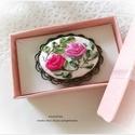 Vintage ékszer . Rózsás kitűző, hímzett bross., Ékszer, Bross, kitűző, Rózsás, hímzett bross  4x3 cm a belső mérete. Szalaghímzéssel készült,  lenalapra.  A hímz..., Meska