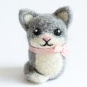 Cica , Gyerek & játék, Otthon & lakás, Dekoráció, Játék, Nemezelés, Tűnemezeléssel készült gyapjú cica dekorációnak, apró ajándéknak. A macska bundájának és szalagjána..., Meska