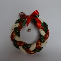 Karácsonyi fonott koszorú, Dekoráció, Ünnepi dekoráció, Varrás, Hagyományos piros, zöld, bézs karácsonyi színekben készült. Az anyagok arany mintásak.Ajtóra, ablak..., Meska
