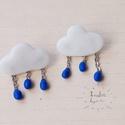 Esőfelhő fülbevaló, Ékszer, Fülbevaló, Gyurma, Felhőket és esőket formáló átszúrós fülbevaló. Az esőcseppek kis láncocskákon lógnak. Egyedi és ked..., Meska