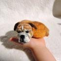 Kutya hasonmás - egyedi bulldog, boxer nemez kitűző / fekvő szobor, Ékszer, Bross, kitűző, Nemezelés, Egyedi kézzel készített tűnemez kutya bross vagy fekvő szobor, gyöngy szemmel.  Elküldött fotó alap..., Meska