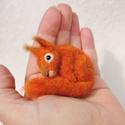 Tűnemez mókus bross - nemezelt kitűző, Ékszer, Dekoráció, Bross, kitűző, Dísz, Nemezelés, Egyedi kézzel készített tűnemez mókus bross, gyöngy szemmel.  A bross (kitűző) sokoldalúan viselhet..., Meska