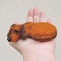 Kutya hasonmás - egyedi tacskó, nemez kitűző / fekvő szobor, Ékszer, Bross, kitűző, Nemezelés, Egyedi kézzel készített tűnemez kutya bross vagy fekvő szobor, gyöngy szemmel.  Elküldött fotó alap..., Meska