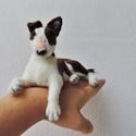 Kutya hasonmás - egyedi francia bulldog, bull terrier fekvő szobor, Otthon & lakás, Képzőművészet, Szobor, Egyedi kézzel készített tűnemez fekvő kutya szobor , gyöngy/üveg szemmel.  Elküldött fotó alapján do..., Meska