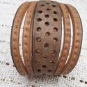 Pöttyökkel díszített bőrkarkötő, Ékszer, Karkötő, Pöttyökkel díszített, barna színű, egyedi bőrkarkötő.  Mérete: patenttól patentig: 19,5 c..., Meska