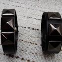 Piramis szegekkel díszített fekete bőrkarkötő, Ékszer, Karkötő, Piramis szegekkel díszített fekete bőrkarkötő. - unisex  Méretek:(patenttól patentig): 1. Vas..., Meska