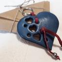 Szív bőrkulcstartó, Mindenmás, Szerelmeseknek, Kulcstartó, Szív alakú, áttört mintás valódi bőrkulcstartó .  Szív mérete: 7cm*5cm, Meska