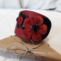 Bőrkarkötő virágokkal díszítve piros, fekete színben, Ékszer, Karkötő, Bőrművesség, Bőrkarkötő virágokkal díszítve piros, fekete színben. Mérete: (Patenttól patentig) 18 cm  Egyedi te..., Meska