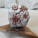 Bőrkarkötő virágokkal díszítve fehér színben, Ékszer, Karkötő, Bőrművesség, Fehér, rózsaszín színű bőrkarkötő virágokkal díszítve.  Mérete: (Patenttól patentig) 20 cm Szélessé..., Meska