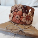 Bőrkarkötő virágokkal díszítve barna színben, Ékszer, Karkötő, Bőrművesség, Barna, beige színű bőrkarkötő virágokkal díszítve.  Mérete: (Patenttól patentig) 19,5 cm Szélessége..., Meska