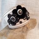 Virágos bőrkarkötő, Ékszer, Karkötő, Virágos bőrkarkötő fekete , törtfehér színben.  Mérete: patenttól patentig 17,5 cm, Meska