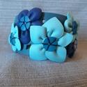 Virágos bőrkarkötő , Ékszer, Karkötő, Kék színű valódi bőrből készült , bőrvirágokkal díszített karkötő. Egyedi tervezésű,..., Meska