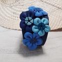 Bőrkarkötő virágokkal díszítve, Ékszer, Karkötő, Kék színű bőrkarkötő virágokkal díszítve.  Mérete: (Patenttól patentig) 19cm Szélessége..., Meska