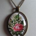 AKCIÓ!!!! Vintage nyaklánc -Virágos, Ékszer, Nyaklánc, Ékszerkészítés, Egy csokor gyöngyvirág rózsával. Üde tavaszi nyaklánc. Szép antikolt díszes keretbe üveglencse alá ..., Meska