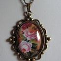 Vintage nyaklánc -Virágos, Ékszer, Nyaklánc, Csodaszép rózsás nyaklánc. Szép antikolt díszes keretbe üveglencse alá helyeztem. Az üvegle..., Meska