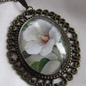 Vintage-FEHÉR VIRÁGOS- nyaklánc, Ékszer, Karkötő, Ékszerkészítés, Szép fehér virág-üveglencse alatt.  A lencse mérete:30x40mm A nyaklánc:50cm   , Meska