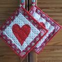 Piros szíves edenyfogó, Szerelmeseknek, Otthon, lakberendezés, Lakástextil, Pamut textilből készült, szív rátét mintával díszített 19x29 cm-s edényfogó., Meska