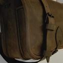 Szögletes  vadásztáska , Táska, Férfiaknak, Tarisznya, Válltáska, oldaltáska, A táska erős barna zsíros nubuk marhabőrből készül.  Méretei: 30x25x12 cm. Előrészén zseb..., Meska