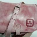 Kicsi kétrekeszes - koptatott rózsaszín, Táska, Válltáska, oldaltáska, A táska méretei: 22x17x8cm. Anyaga koptatott rózsaszín marhabőr. Két rekeszes egyszerű kis válltáska..., Meska