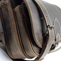 Szögletes  vadásztáska, Férfiaknak, A táska erős barna zsíros, koptatott marhabőrből készül.  Méretei: 30x25x12 cm. Előrészén zseb, fogó..., Meska