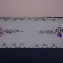 kézzel hímzett színes terítő, Magyar motívumokkal, Hímzés, napvászonra hímzett kézimunka, mérete: 85x35cm, színeiben a lila és a kék dominál, különböző árnyal..., Meska