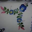 hímzett terítő, Magyar motívumokkal, Hímzés, kézzel hímzett terítő, anyaga napszövet, mérete: 44x47 cm domináns szín a kék és a rózsaszín, Meska