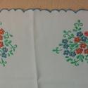 hímzett terítő, Magyar motívumokkal, Hímzés, kézzel hímzett terítő, anyaga napszövet, mérete: 45x45cm domináns szín a kék, Meska