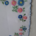 hímzett terítő, kék, rózsaszín, Otthon, lakberendezés, Lakástextil, Terítő, Hímzés, Napvászonra, kézzel hímzett terítő, mérete: 45x45 cm 40 fokban, kézzel mosható, Meska