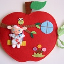 Bársonyka bari almakuckója - játszókönyvecske, Baba-mama-gyerek, Játék, Készségfejlesztő játék, Plüssállat, rongyjáték, Mindenmás, Varrás, Ebben a cuki almaházikóban lakik Bársonyka, a kedves barilány. Bársonyka kedvenc időtöltése a kerté..., Meska