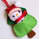 Cuki meglepi hóemberke fenyőfával- egyedi karácsonyfadísz, Otthon & lakás, Karácsony, Dekoráció, Ünnepi dekoráció, Karácsonyfadísz, Filcből készült ez az aprólékosan kidolgozott karácsonyfa dísz, azért, hogy még szebbé tegye a karác..., Meska