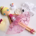 Leila- öltöztethető balerina baba kis hattyúval és kiegészítőkkel (azonnal vihető!), Gyerek & játék, Játék, Baba, babaház, Kedves, mosolygós, kontyos balerina baba, 3db balerina szoknyával, horgolt tarisznyával és balett ci..., Meska