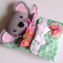 Apróságok szundizsákban- cuki koala lány pillangóval, Gyerek & játék, Játék, Plüssállat, rongyjáték, Játékfigura, Kedves, öltöztethető koala kislány, rózsaszín pöttyös, levehető ruhácskában,pillangóval.  A szundizs..., Meska