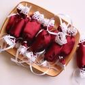 Bordó, rózsás selyem - csipkés textil szaloncukrok (10db), Otthon & lakás, Dekoráció, Ünnepi dekoráció, Karácsonyi, adventi apróságok, Karácsonyi dekoráció, Bordó selyem anyagból készült, fehér csipkével díszített textil szaloncukrok.  Az ár 10 db szaloncuk..., Meska