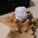 Fehér tearózsa gyűrű, Hímzőfonalból rózsát horgoltam és ezt egy á...