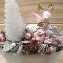 Karácsonyi asztaldísz kislány szarvassal, Karácsony & Mikulás, Karácsonyi dekoráció, Virágkötés, Szőrmés karacsonyi asztaldísz, kerámia figurával, fehér fenyő- gyertyával, pink-ezüst üveggömbökkel..., Meska
