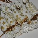 Textil szaloncukor - ekrü / arany rénszarvasos, Dekoráció, Karácsonyi, adventi apróságok, Ünnepi dekoráció, Karácsonyfadísz, Tört fehér, ekrü alapon arany színű mézeskalács mintás textilből készült, madeira csipkével díszítet..., Meska