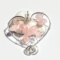 Szív medál rózsakvarc ásvánnyal, Ékszer, Medál, Medál a szeretet szimbólumával.  Az ékszer nikkelmentes ezüstözött ékszerdrót és rózsakva..., Meska