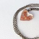 'Copper flake' medál lánccal, Ékszer, Medál, Nyaklánc, Műgyantából készült szív formájú medál, füstfólia pehellyel. Fémes hatású díszítés, izgalmas színben..., Meska