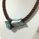 Tekervény, Ékszer, Nyaklánc, Barna, kék bronz, ezüst színekben játszó szintetikus kerámia nyakdísz., Meska