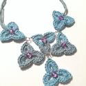 Menüett, Ékszer, Nyaklánc, Kék színváltós fonalból készült nyaklánc, rózsaszín csiszoltüveg gyöngyökkel. Hossza: 6..., Meska