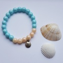 Gyöngy karkötő kagyló medállal, Ékszer, Karkötő, Gyöngyfűzés, gyöngyhímzés, Egyedi készítésű halvány kék és rózsaszín gyöngy karkötő ezüst színű kagyló medállal.  A gyöngyök m..., Meska