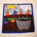 Répaföld - textil foglalkoztató lap, Játék, Készségfejlesztő játék, Logikai játék, Társasjáték, Varrás, Patchwork, foltvarrás, Répaföld: répák, céklák/retkek ültethetők és szüretelhetők.  Az ár 1 db egy oldalas foglalkoztató l..., Meska